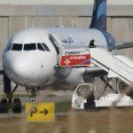 С захваченного ливийского самолета уже освободили более сотни пассажиров и членов экипажа