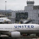Скандал в США: авиакомпания силой вытолкала из самолета врача с билетом, который спешил