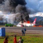 Пассажирский самолет загорелся во время приземления: появилось видео