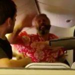 Мужчина взбесился на борту самолета и начал колотить своего соседа