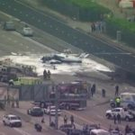 В США двухмоторный самолет упал на шоссе: появилось видео
